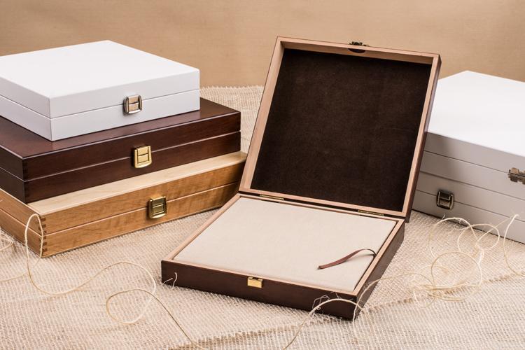 drewniane-kasetki-na-fotoalbumy-biala-czarna-swierk-i-kasztan-z-najlepszefoto